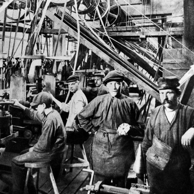 Män i en fabrik
